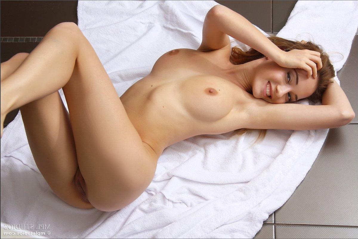 lezhit-golaya-porno