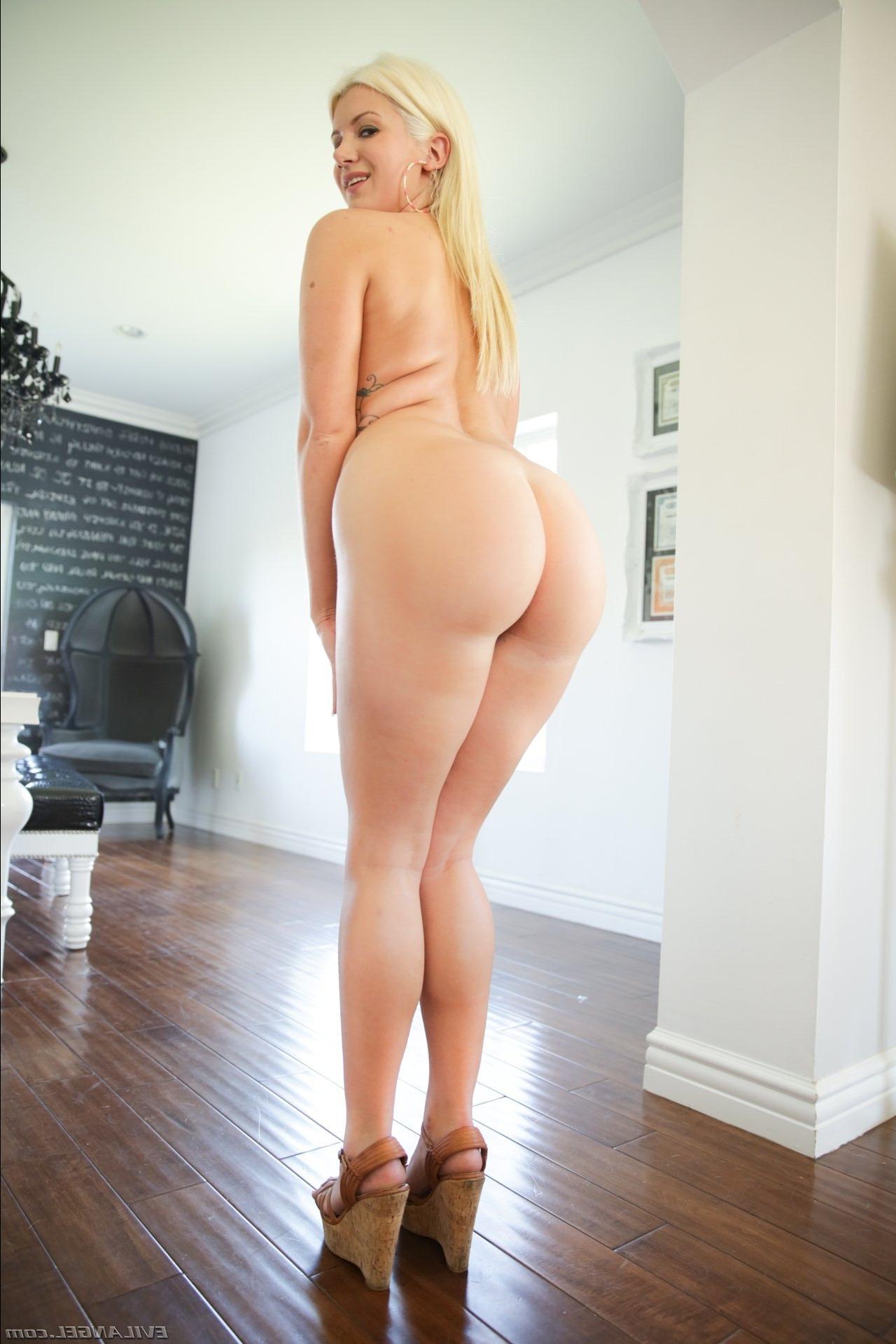 Красивая блондинка показывает свою сочную большую попку